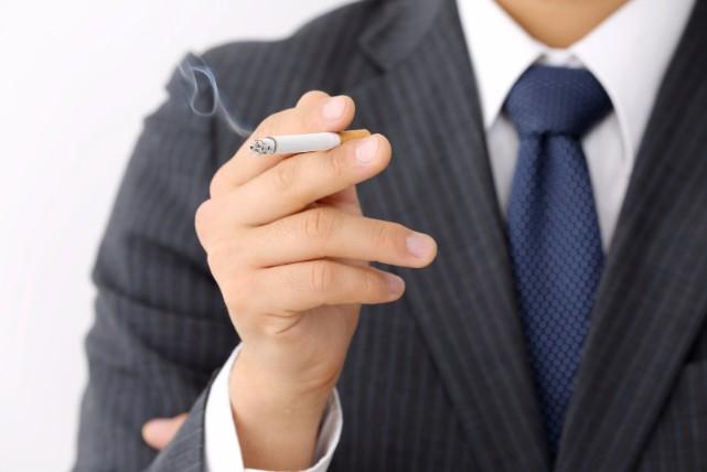 壁に付着した「タバコ」のヤニに効く、6つのアイテムと落とし方