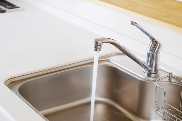 シンクを徹底掃除!2種類の白汚れと排水口をキレイにする方法