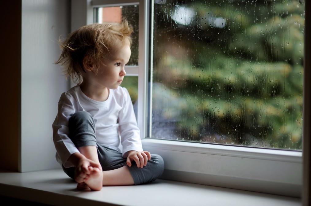 赤ちゃんの機嫌も雨模様。雨の日のぐずりが酷い理由と予防策5つ