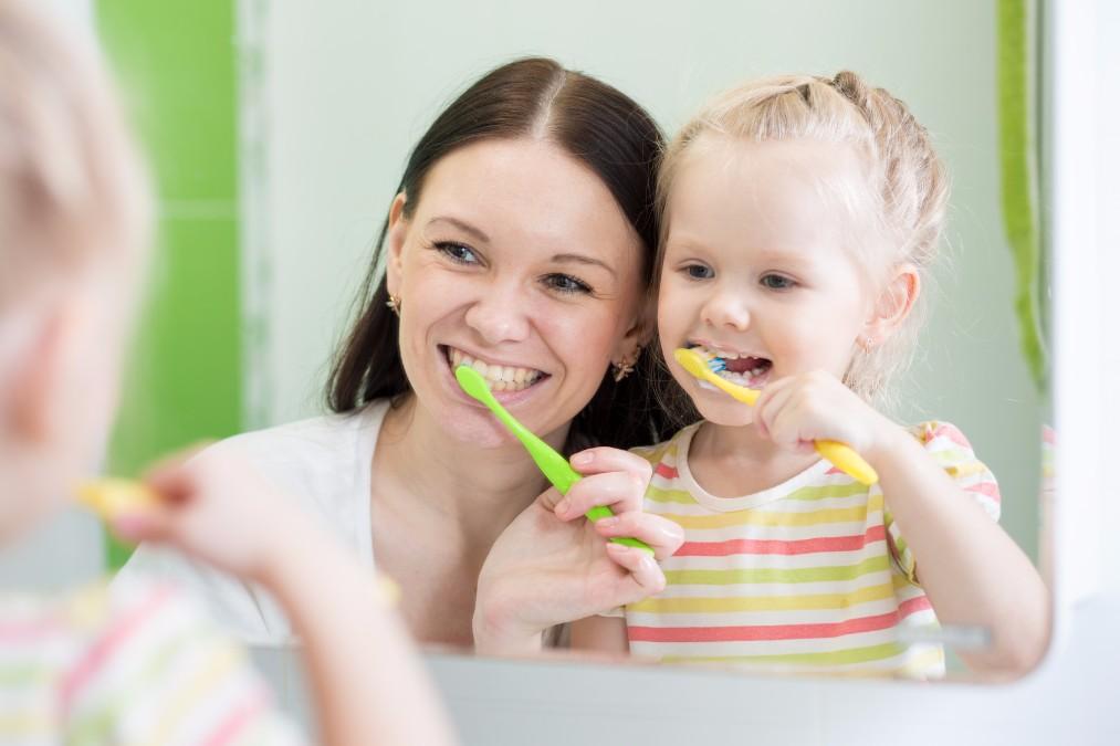 赤ちゃんの歯磨きデビューはいつから?実はデビュー前も大事です