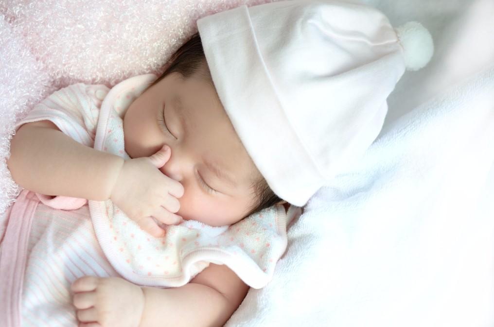 新生児のくしゃみが頻繁に出る2つの理由と回数を減らす方法
