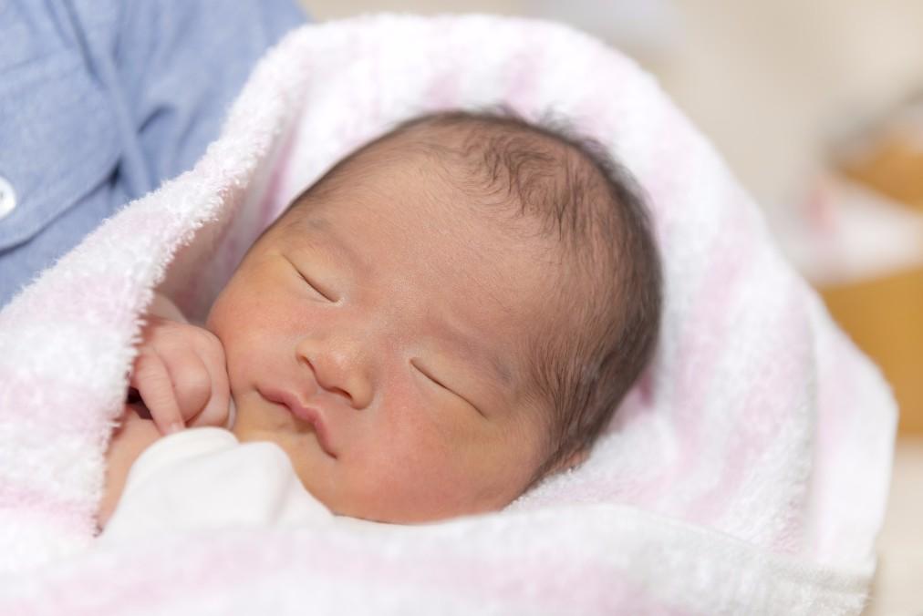 おくるみが赤ちゃんにもたらす、6つの効果と月齢別の巻き方