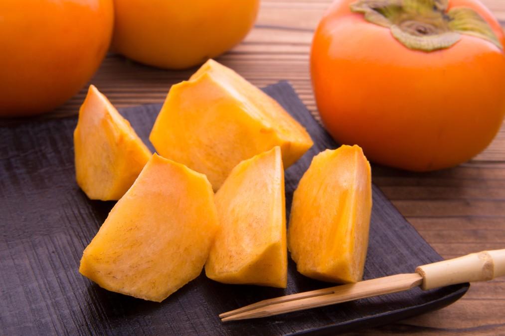 栄養豊富な「柿」を我が子にも。子供はいつから食べられる?