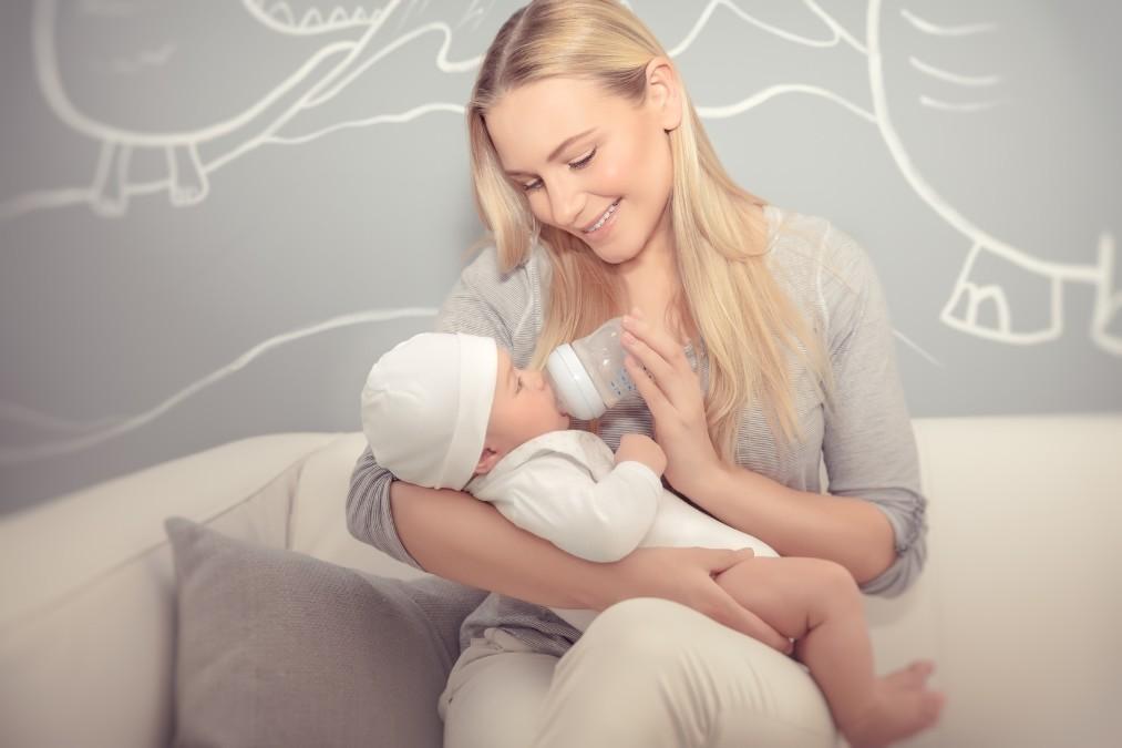 赤ちゃんが吐き戻しをする3つの理由と吐いた時の対処法