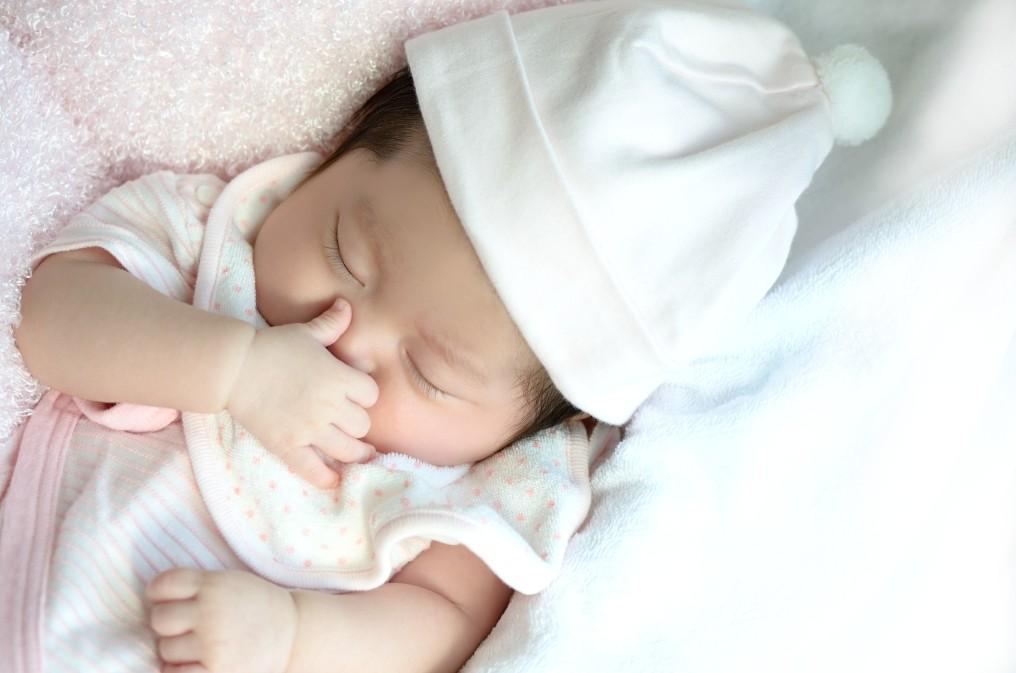 赤ちゃんと安全に添い寝をするために気を付けたいこと5つ