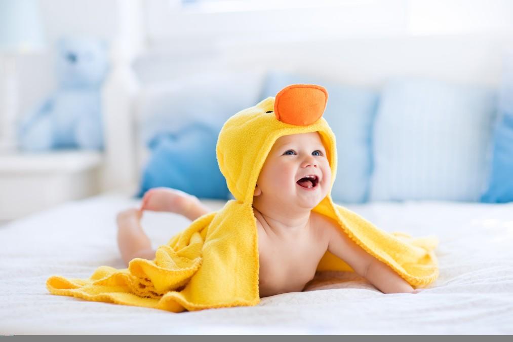 赤ちゃんが人や物をガブリと噛む8つの理由と予防する方法