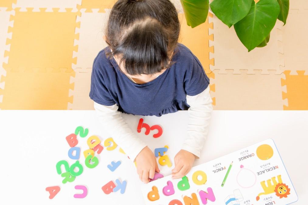 早くから子供を英語に触れさせるメリットと年齢別取り入れ方