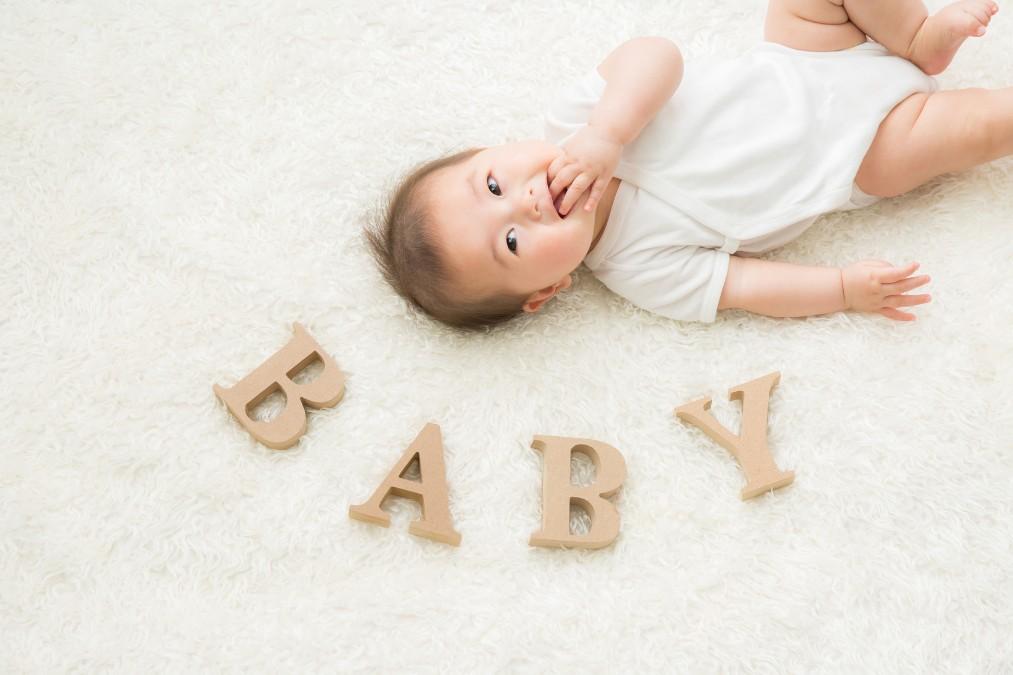 赤ちゃんに歯固めを与えるメリットと選び方のポイント